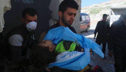 Homem carrega criança morta na terça-feira em Khan Sheikhoun.