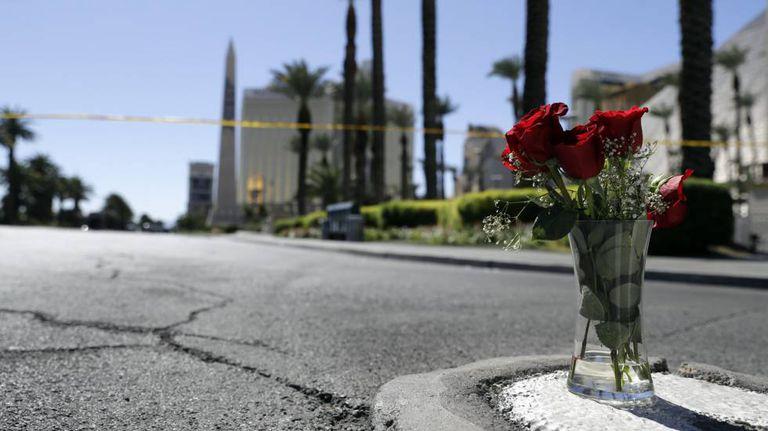 Flores são colocadas perto do local do tiroteiro
