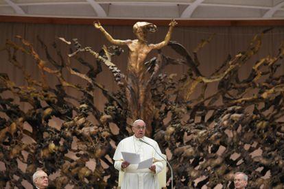 papa Francisco recebe funcionários do Vaticano para os cumprimentos de Natal, em 21 de dezembro.