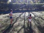 Crianças brincam em chácara de Brazlândia, no Distrito Federal.