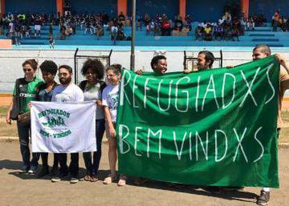 Torcedores brasileiros recepcionam equipes na abertura da Copa Refugiados.