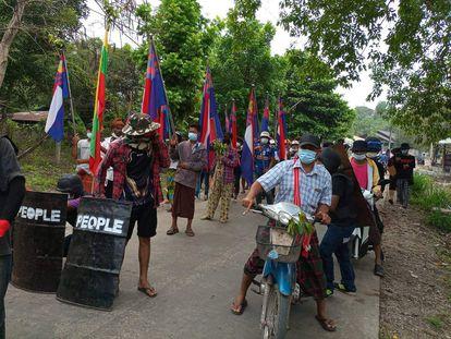 Protesto contra o golpe militar em Mianmar no município de Three Pagodas, no leste do país.