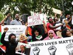 Un grupo de manifestantes protesta contra el tratamiento de la minoría oromo en Etiopía en las afueras de Downing Street, en Londres, Reino Unido, el pasado 3 de julio de 2020.