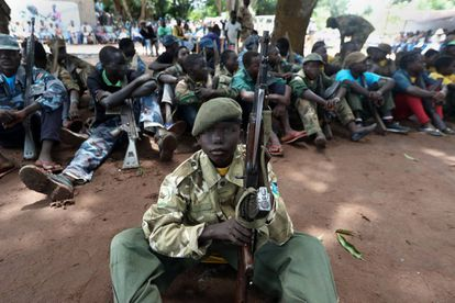 Matthew (nome fictício) e outras ex-crianças soldado durante a cerimônia de desmobilização da qual participaram em Yambio. O ato, organizado pelo Governo, simboliza seu retorno à escola depois de terem sido sequestradas pela milícia.