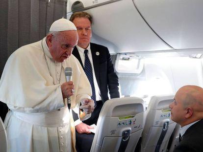 O papa Francisco fala com os jornalistas no voo de Tallin a Roma (AP).