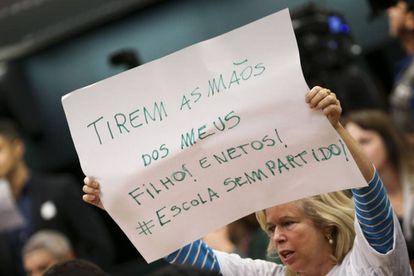 Manifestantes a favor do projeto de lei sobre a Escola sem Partido protestam na Câmara.