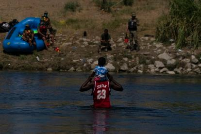 A man and a child cross the Rio Grande towards Texas this Thursday.