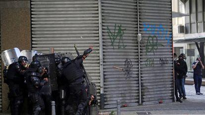 Policiais militares e manifestantes se enfrentaram em frente à Alerj, no centro do Rio de Janeiro, nesta quinta-feira.