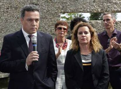 O reitor Jaime Ramírez e a vice-reitora Sandra Goulart Almeida, durante ato na UFMG.