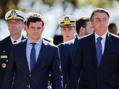 O presidente Jair Bolsonaro (à direita) e seu ministro da Justiça, Sérgio Moro, durante um ato militar.