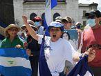 """-FOTODELDIA- USA328. WASHINGTON (ESTADOS UNIDOS), 15/06/2021.- Activistas de la Coalición por la Libertad de Nicaragua realizan un plantón frente a la sede de la Organización de Estados Americanos (OEA), hoy, en Washington (Estados Unidos). A pesar de sus diferencias sobre la situación de Nicaragua, una amplia mayoría compuesta por 26 países se unió este martes en la Organización de Estados Americanos (OEA) para exigir al presidente nicaragüense, Daniel Ortega, la liberación """"inmediata"""" de los aspirantes presidenciales detenidos. EFE/ Lenin Nolly"""