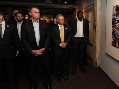 Bolsonaro e ministros visitam museu em Dallas sobre o assassinato de Kennedy.
