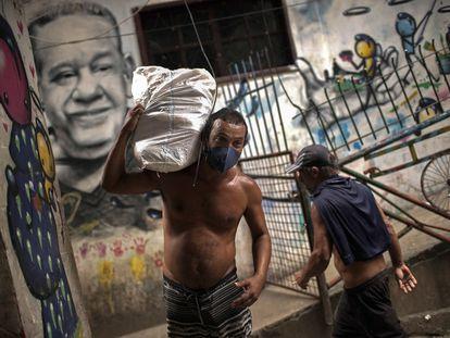 Homem usa máscara de proteção na favela da Rocinha, no Rio de Janeiro, nesta segunda.