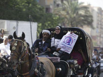 Uma seguidora faz campanha por Al-Sisi neste sábado no Cairo.