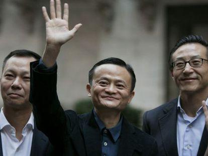 O fundador da Alibaba, Jack Ma (centro), com outros executivos na porta da Bolsa de Nova York.