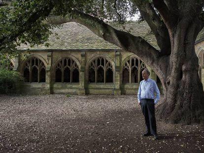 O ensaísta Robin Lee Fox, nos jardins da New College da Universidade de Oxford.