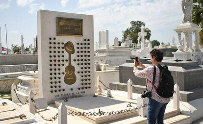 O túmulo de Compay Segundo, no cemitério de Santa Ifigênia, m Santiago de Cuba.