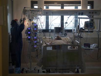 Enfermeiro atende paciente com covid-19 em Múrcia, no sul da Espanha.
