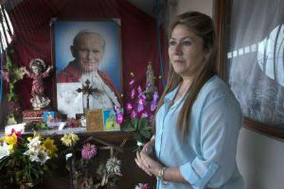 A costarriquense Floribeth Mora diante da capela colocada na entrada da sua casa em honra ao Papa João Paulo II.