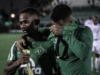 Jogadores da Chapecoense choram após derrota para o Santos no campeonato brasileiro.