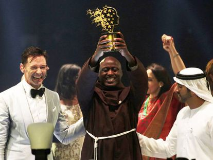 Tabichi (centro), entre Hugh Jackman e o príncipe Mohammed Ao Maktoum, em Dubai.