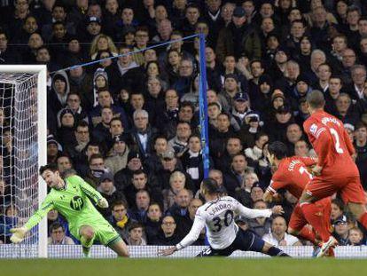 Luis Suárez marca um gol contra o Tottenham.