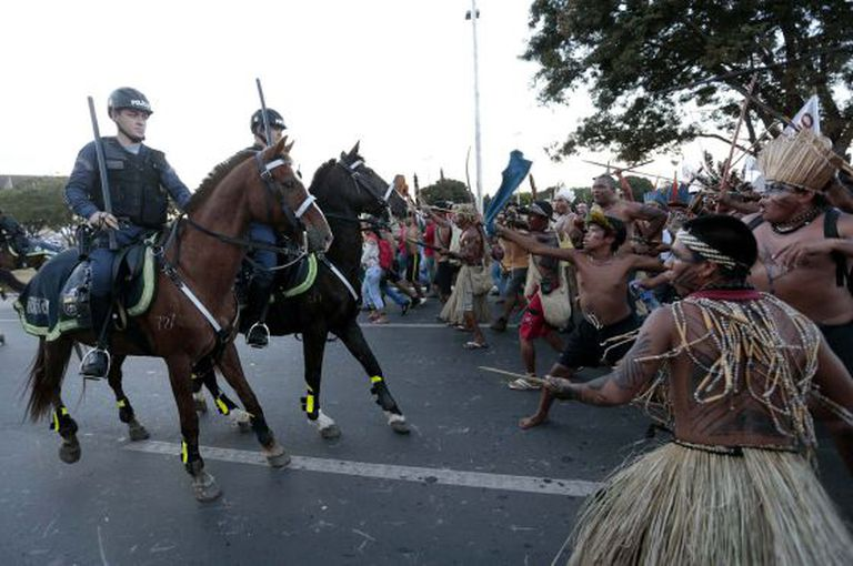 Agentes em confronto com os índios em Brasília, em maio.