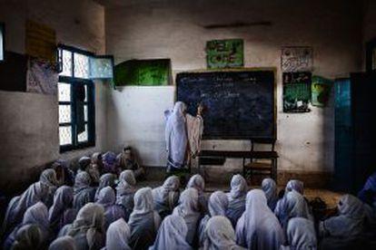 Aula às escuras na Government Middle School for Girls, da província de Khyber Pakhtunkhwa.