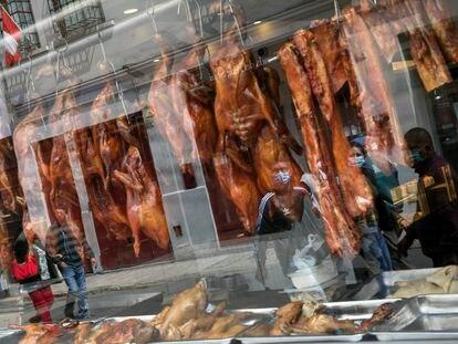 Vitrine de um restaurante de comida chinesa em Lima, Peru, em 11 de julho.