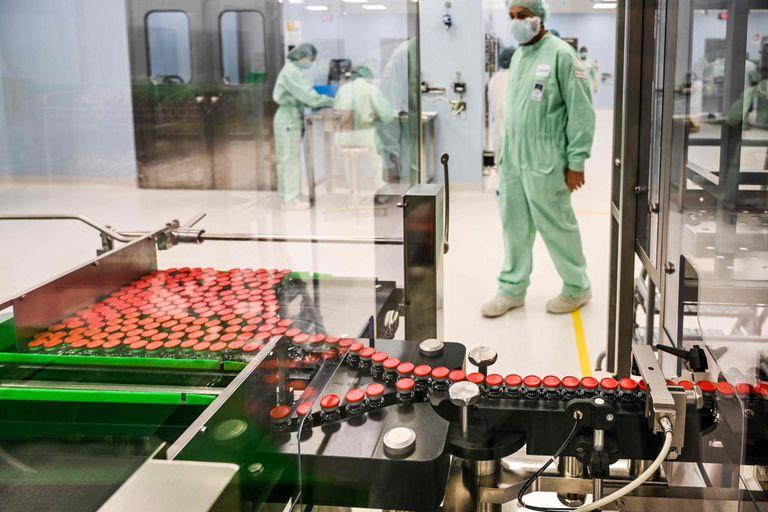 Preparativos para a produção da vacina de Oxford nas instalações da empresa Catalent Biologics em Anagni (Itália).