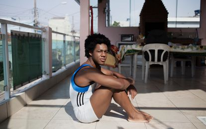 Sem clube, Angelo tem treinado na varanda de casa.