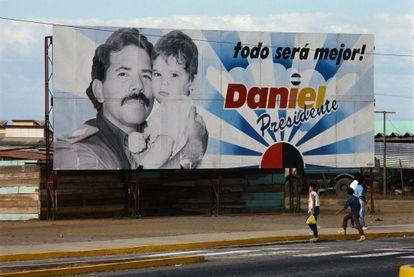 Um outdoor da campanha de reeleição em 1989 de Daniel Ortega, líder da Frente Sandinista de Libertação Nacional, em Manágua, Nicarágua.