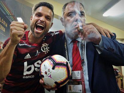 Marcos Braz, sexto vereador mais votado do Rio, em comemoração de título do Flamengo ao lado de Diego.