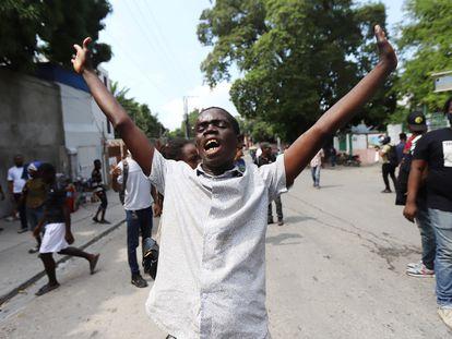 Haitianos fazem greve para protestar contra os sequestros, num momento em que cresce a pressão pela libertação dos missionários.