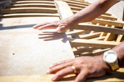 """Os próprios jangadeiros constroem suas embarcações. Antônio Banqueiro e Josué aprenderam a fazê-las de tanto manejá-las no mar. Não desenham, apenas riscam a própria madeira para saber onde cortar. Os dois pescadores, ambos aposentados, sonham em construir uma embarcação secular, capazes de atravessar as ondas e o tempo. """"É ver, decorar o que viu e executar"""", explica Antônio."""