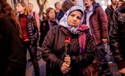 Uma mulher turca segura um cravo durante uma homenagem às vítimas do atentado de Paris na frente do consulado da França em Istambul.