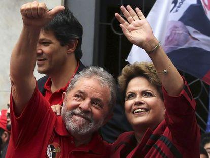 Dilma e Lula cumprimentam simpatizantes em São Paulo.
