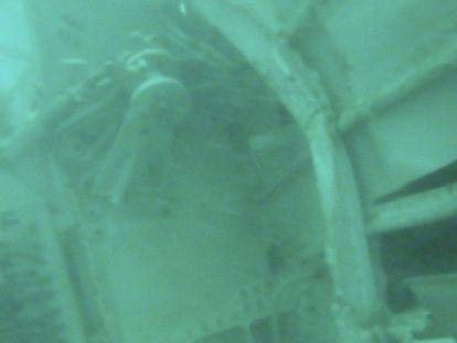Localizada parte da fuselagem do avião no fundo do mar.