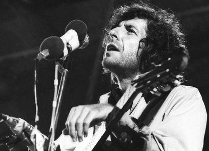 Leonard Cohen em uma apresentação no início dos anos setenta.