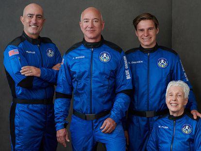 Da esquerda para a direita, Mark Bezos, seu irmão Jeff, o jovem Oliver Daemen e a pioneira Wally Funk, com os trajes da Blue Origin.