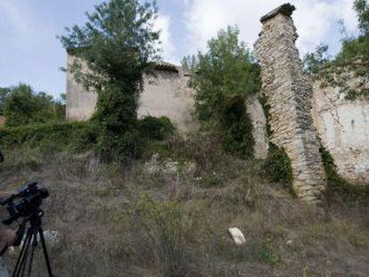 Uma equipe de televisão russa grava uma matéria em Esblada, um povoado de Tarragona que está à venda.