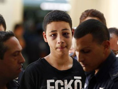 Tariq Jadair (centro), primo do jovem palestino assassinado, é levado ao tribunal de Jerusalém.