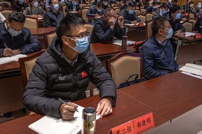 Vários alunos tomam notas na academia de liderança executiva da China em Jinggangshan.