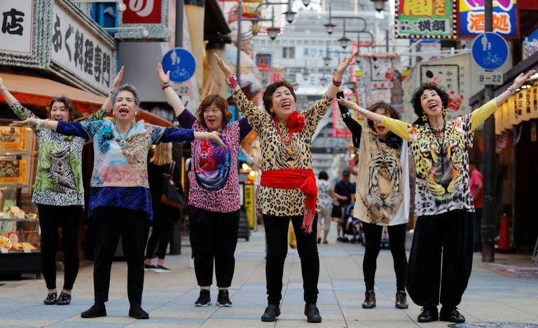 Aposentadas japonesas dançam nas ruas da Osaka, Japão, para recepcionar os líderes do G20.