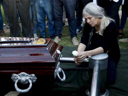 Patricia Nasutti, mãe de Ursula Bahillo, de 18 anos, no funeral da filha, assassinada na segunda-feira.