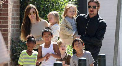 Angelina Jolie e Brad Pitt com os filhos em Nova Orleans, em 2011.