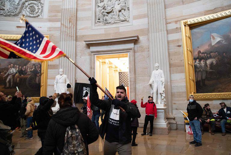 Apoiadores de Donald Trump protestam depois da invasão do Capitólio.