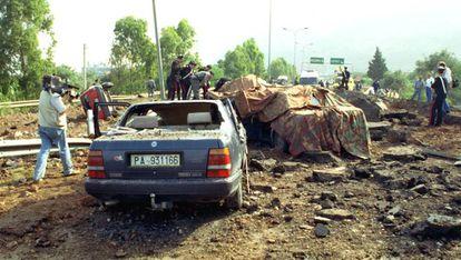 Os carros destroçados do juiz Giovanni Falcone e de sua escolta pouco depois do atentado em Capaci.