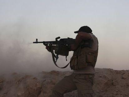 Um voluntário xiita em combate contra extremistas do EI em Tikrit, Iraque.
