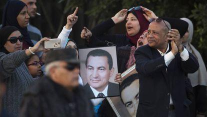 Apoiadores de Mubarak comemoram a absolvição do ex-ditador.